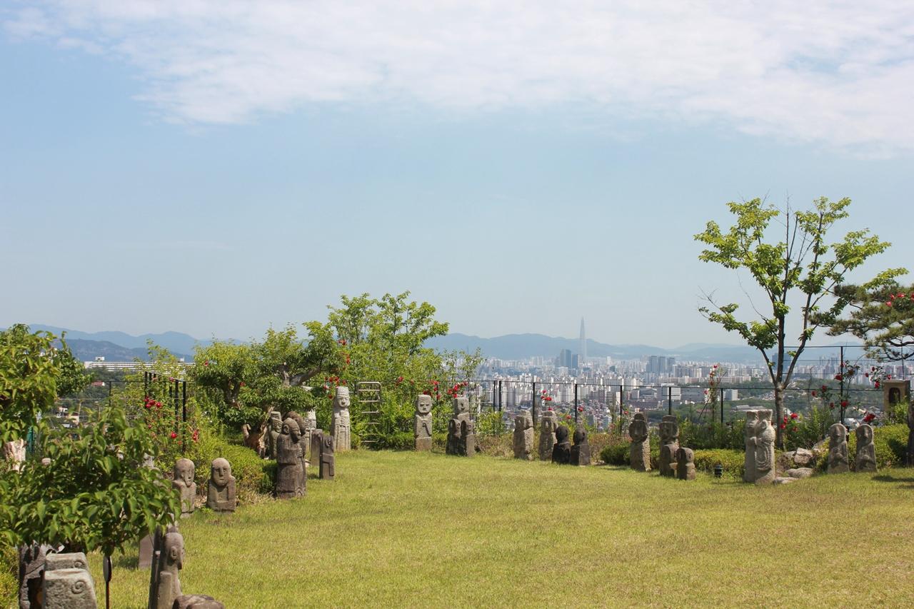 이곳은 박물관에서 가장 높은 장소로, 서울이 다 내려다보이는 탁 트인 정경아래, 돌조각들을 손으로 만져볼 수 있게 조성된 오감만족의 공간 입니다.
